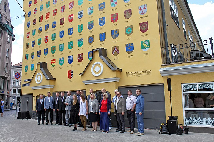 Painted wall with coats of arms – special gift for centenary of Latvia from all local governments